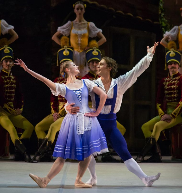 Angelina Vorontsova and Ivan Vasiliev in Le Halte de Cavalerie. Photo courtesy of the Mikhailovsky Theatre.