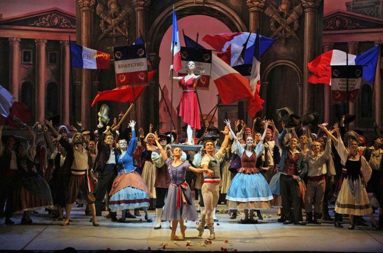 Oksana Bondareva, Ivan Vasiliev together with Angelina Vorontsova and the company in The Flames of Paris. Phot by Stas Levshin, courtesy the Mikhailovsky Ballet.